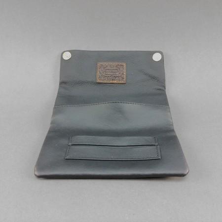 Kavatza Tabaktasche aus Leder klack offen